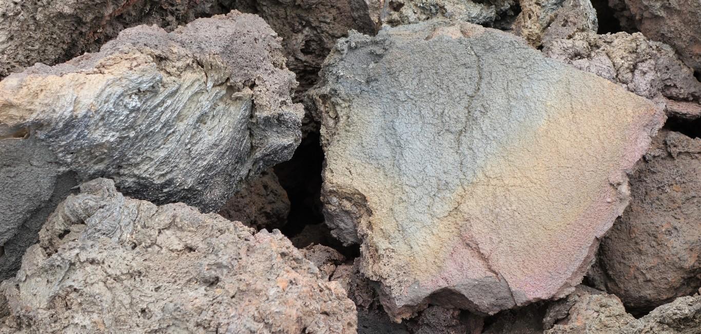 Lanzarote, kusy lávy s kovovým nádechem