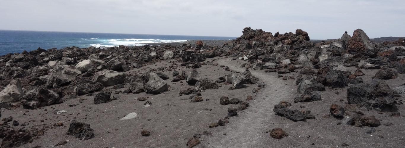 Lanzarote, kamenitá pláž