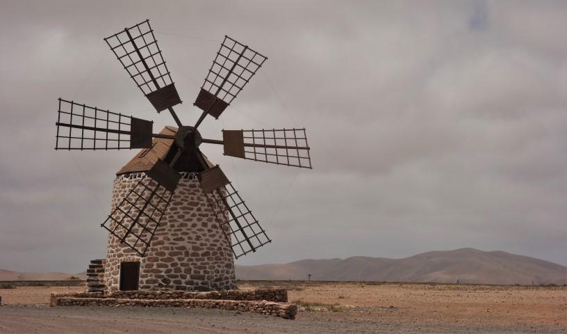 Větrný mlýn nad vesnicí Tefía