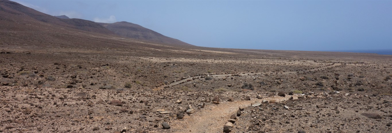 Pěšina obeskládaná kamením, typické značení stezek na Fuertevntuře