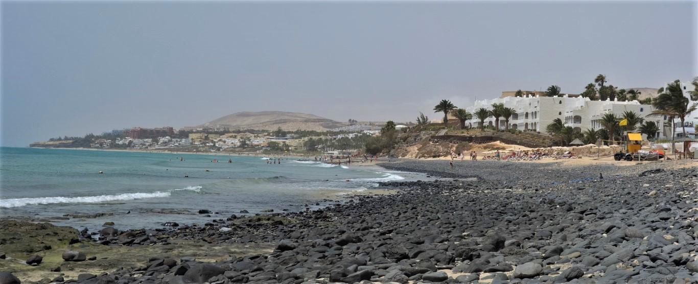 Kamenitá pláž v Costa Calmě