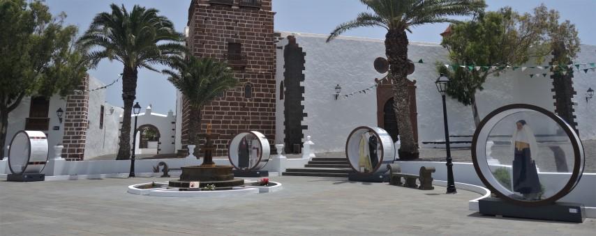 Náměstí v Teguise s modely dobového oblečení