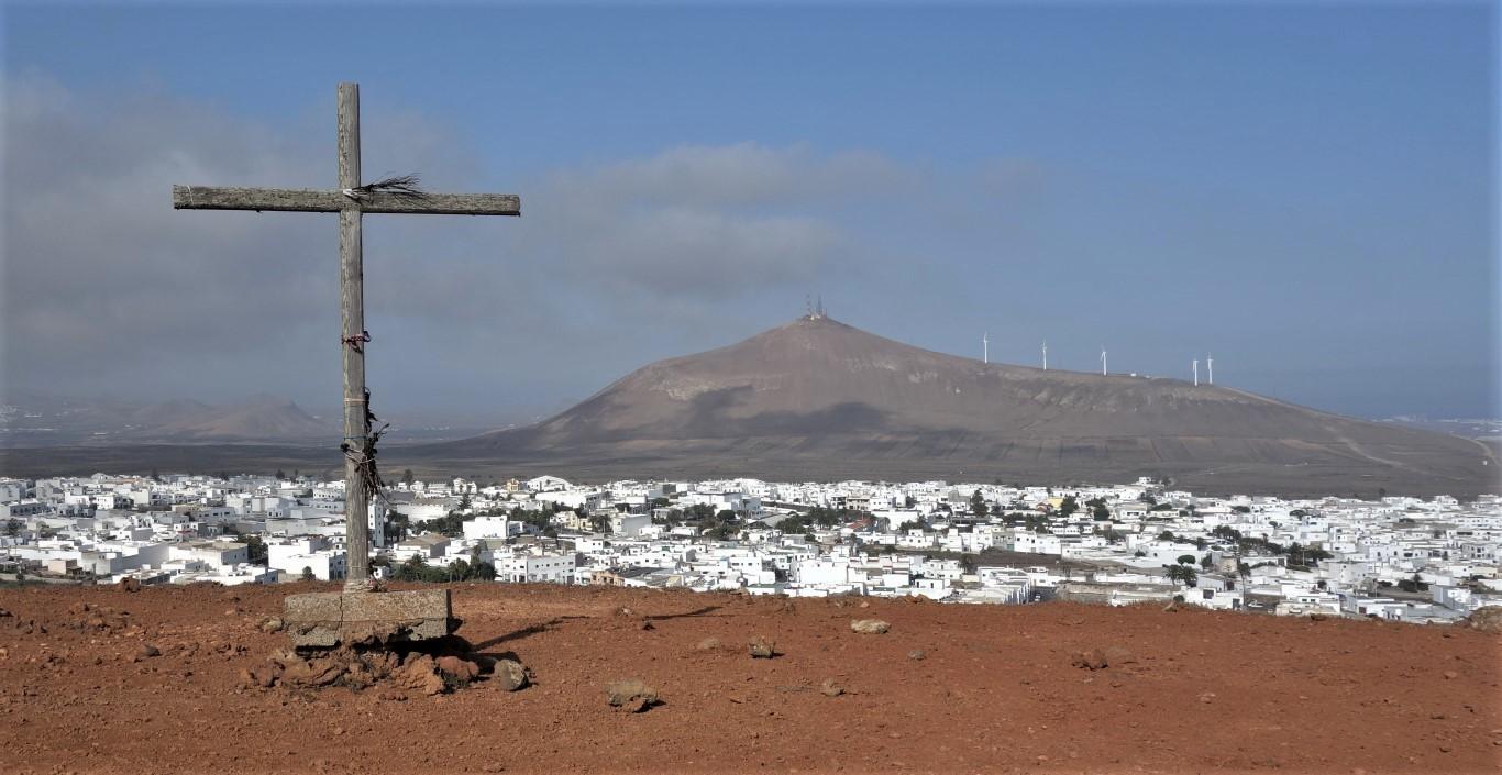 Výhled na San Bartolomé z Montaña Guatisea, v pozadí Montaña de la Mina
