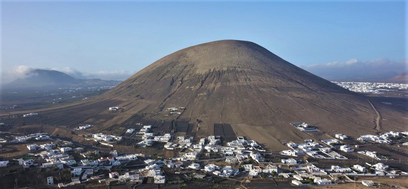 Výhled na Montaña Guatisea z Montaña Blanca