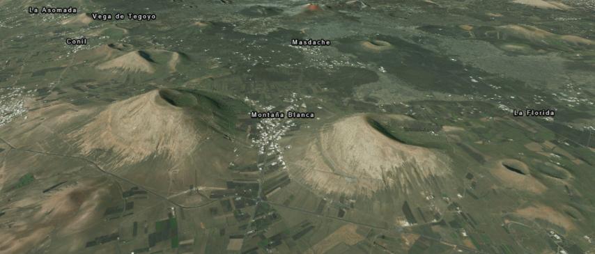 Montaña Guatisea (vlevo) a Montaña Blanca (vpravo)