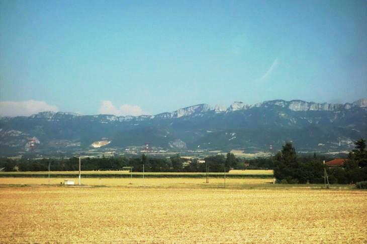 Strmé stěny masivu Vercors, předhůří Alp u Valence