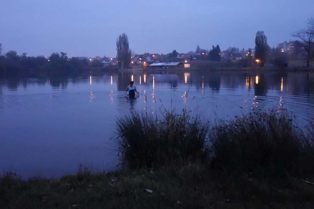 Zimní koupání Krkonoše, rybník Vejsplachy ve Vrchlabí