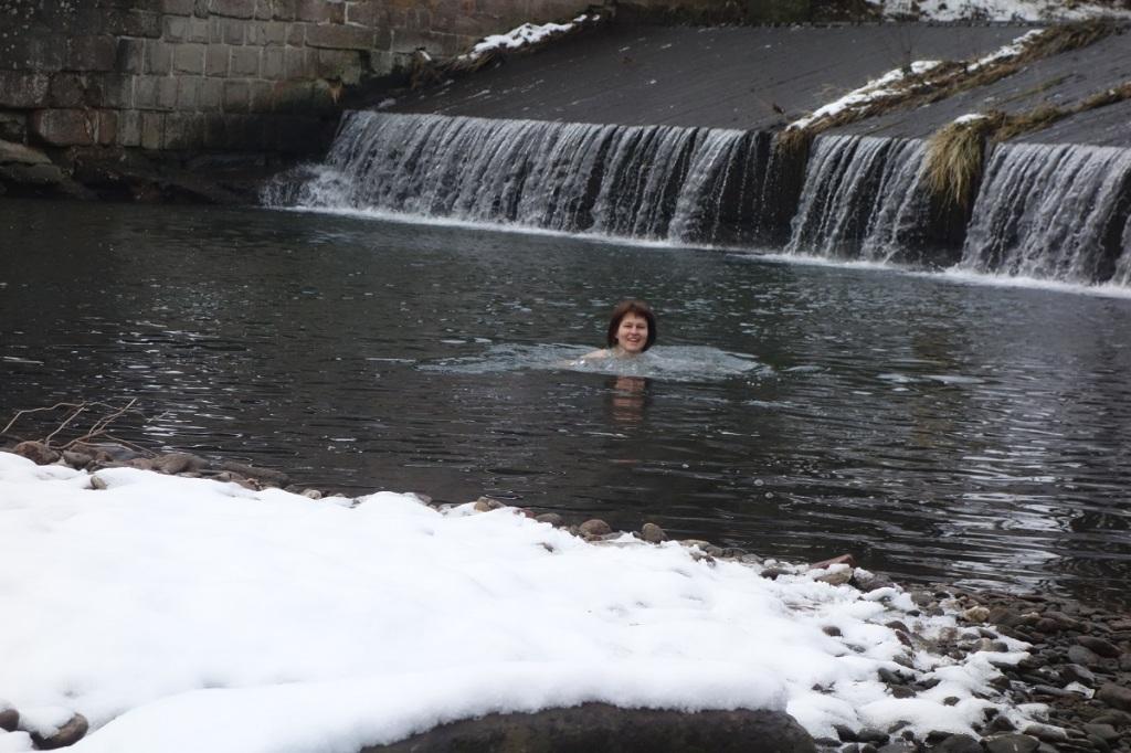 Zimní koupání Krkonoše, splav Hostinné